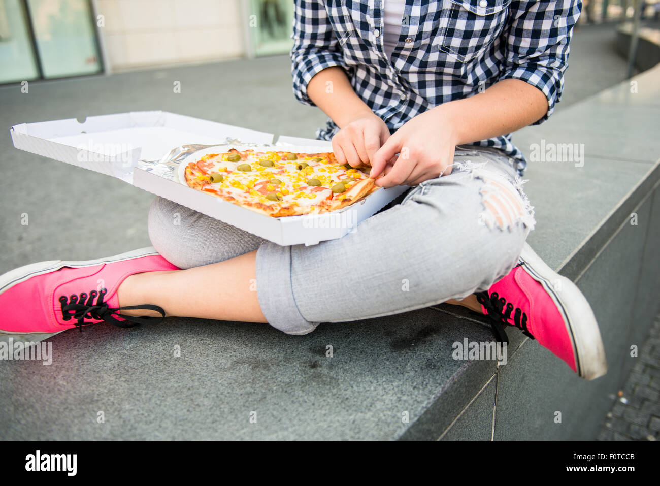 Détail de woman eating pizza en plein air street Photo Stock