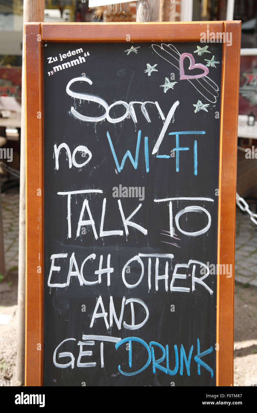 No-Wifi-signe en face d'un bar, Lunebourg, Lunebourg, Basse-Saxe, Allemagne, Europe Photo Stock