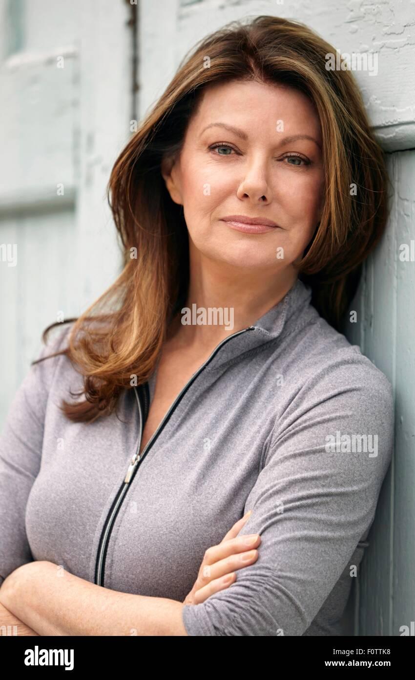 Portrait d'élégante mature woman leaning against wall Photo Stock