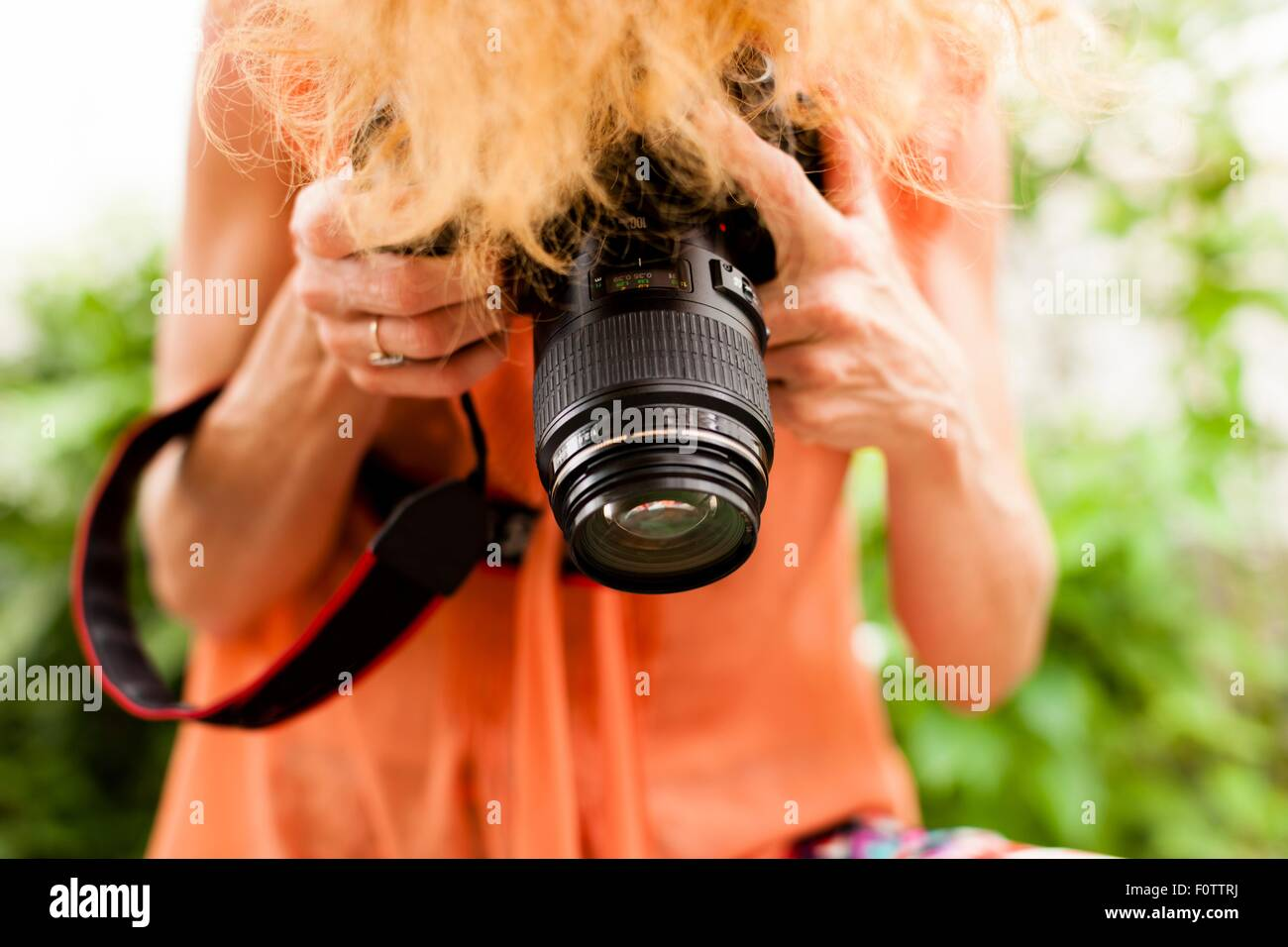 Cropped shot of woman with red hair la photographie reflex numérique avec la baisse Photo Stock