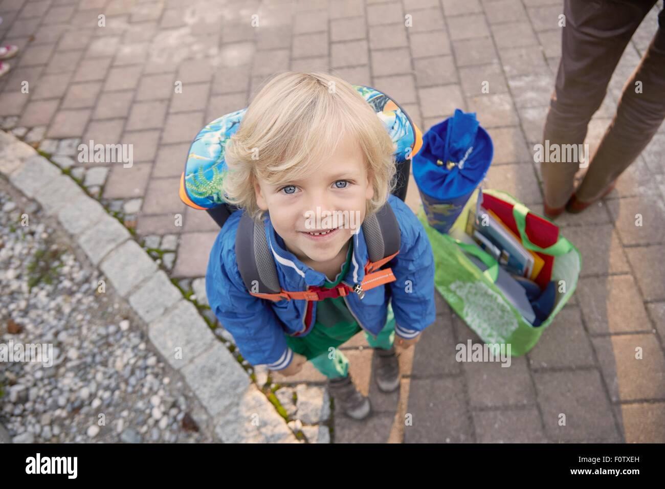 Portrait de jeune garçon au premier jour d'école, Bavière, Allemagne Photo Stock