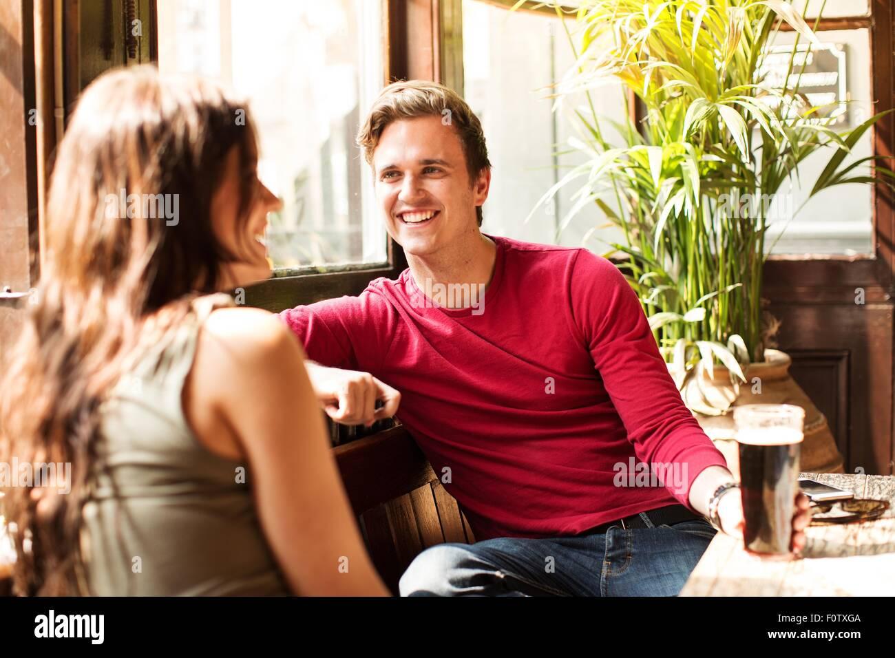 Couple smiling boire un verre Banque D'Images