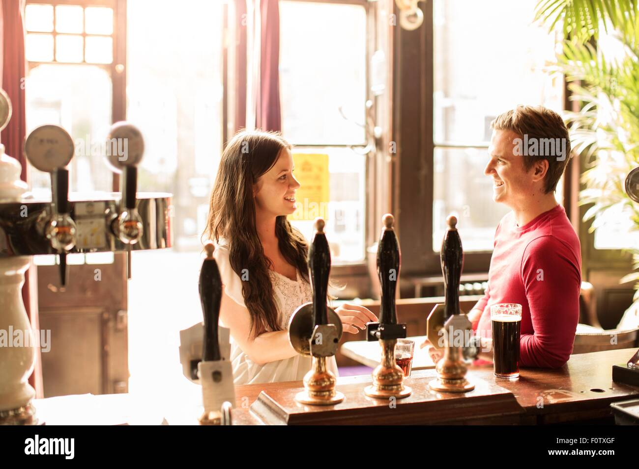 Couple talking in bar Banque D'Images