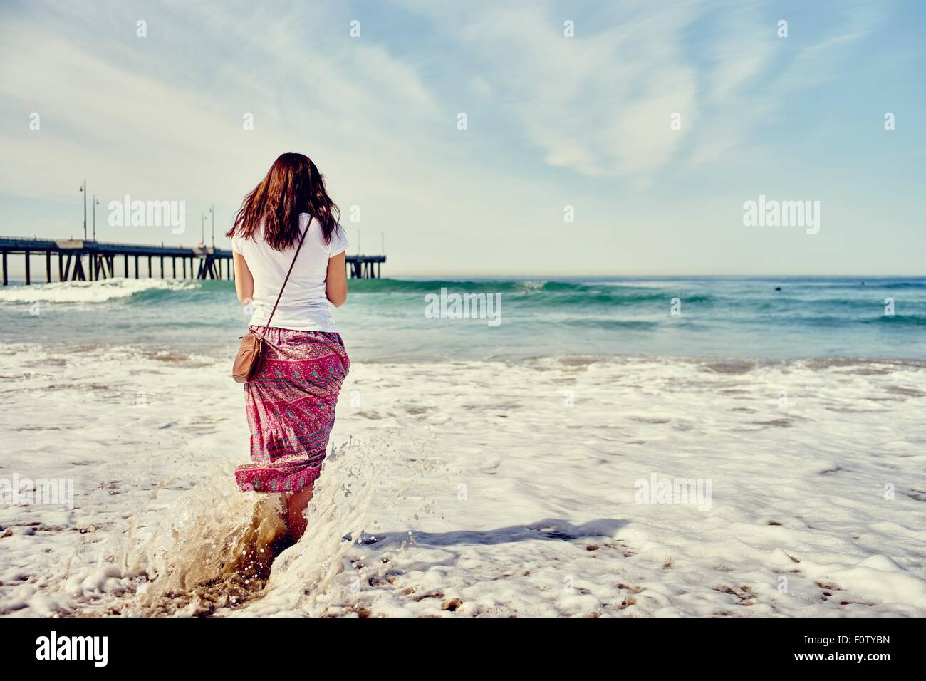 Rear view of woman paddling, Venice Beach, Los Angeles, Californie Photo Stock