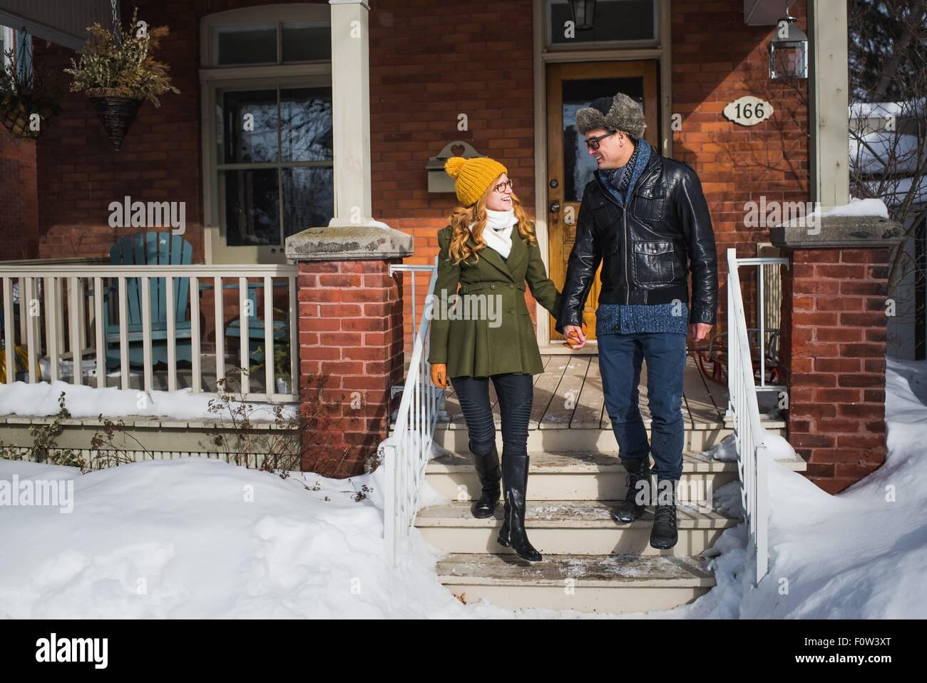 Couple de quitter maison en hiver Photo Stock