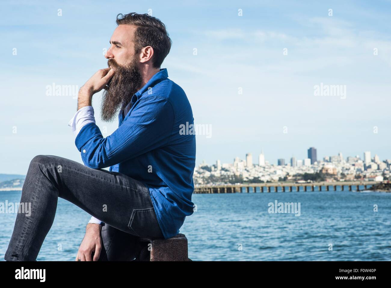 Homme avec barbe assis à Port Point, San Francisco, California, USA Photo Stock