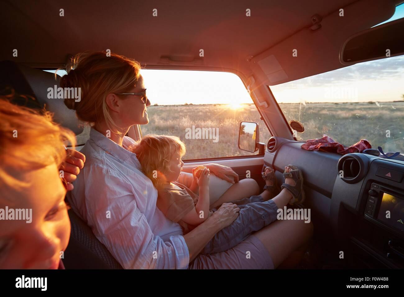 Mère et fils voyager en véhicule, Parc National de Nxai Pan, Désert du Kalahari, Afrique Photo Stock