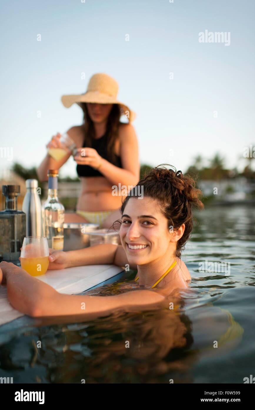 Deux femmes préparent des cocktails sur paddleboard, Islamorada, Florida, USA Photo Stock