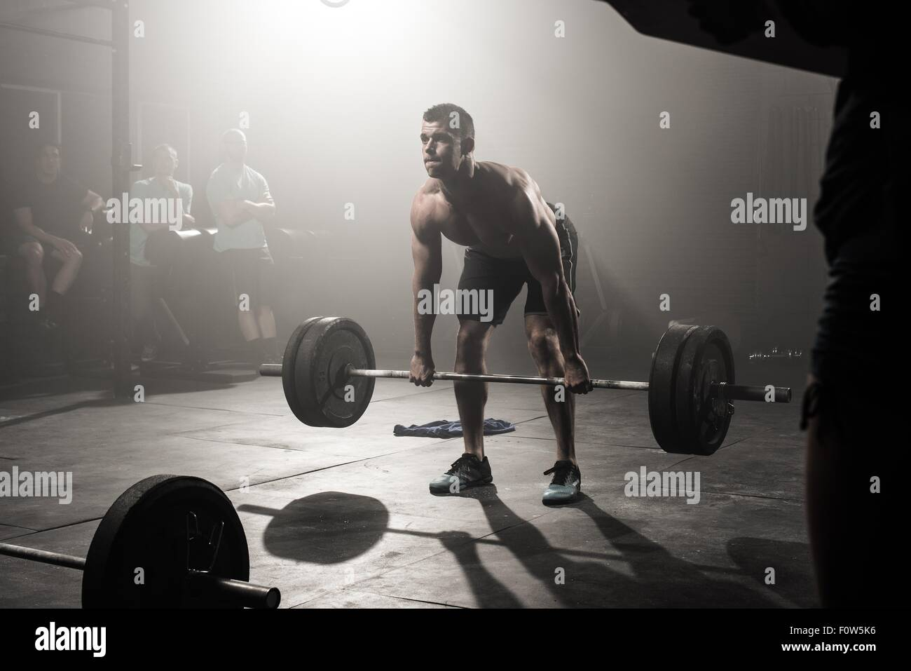 Jeune homme barbell levage Photo Stock