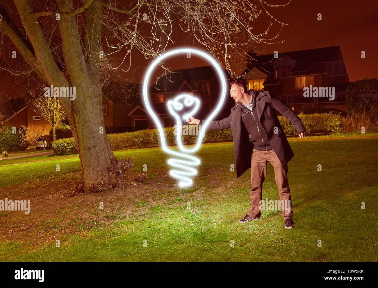Artiste peinture lumière une ampoule symbole dans park Photo Stock