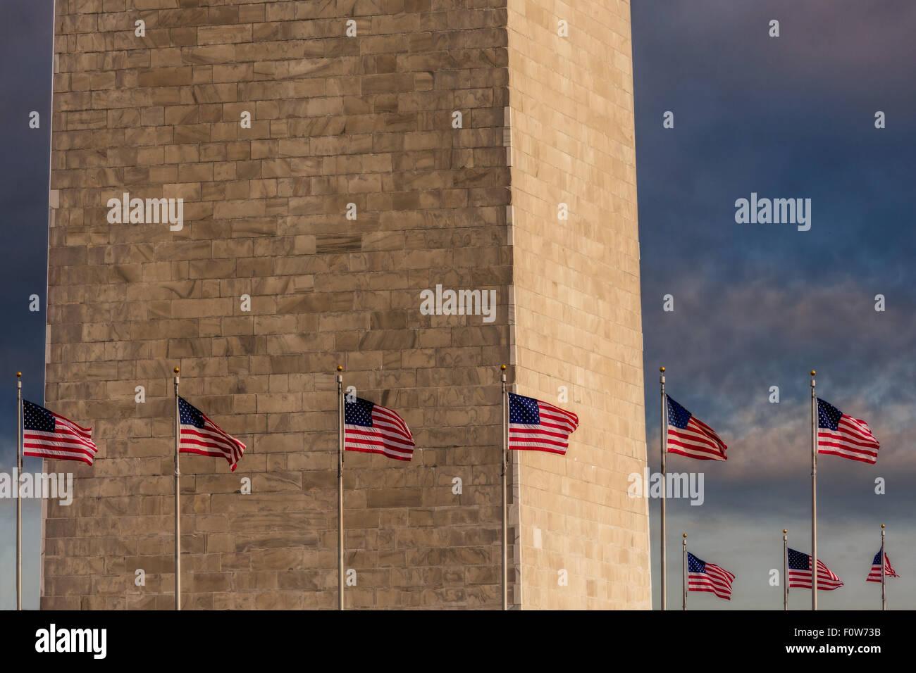 Voir de très près de la partie inférieure de la Washington Monument avec les États-Unis d'Amérique Photo Stock