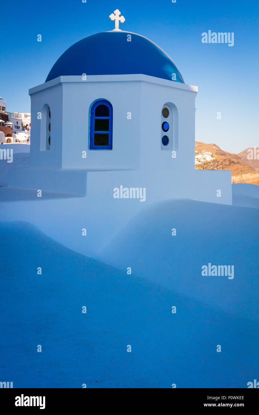 Chapelle au dôme bleu emblématique dans la ville de Oia sur l'île grecque Santorin (Théra) Banque D'Images
