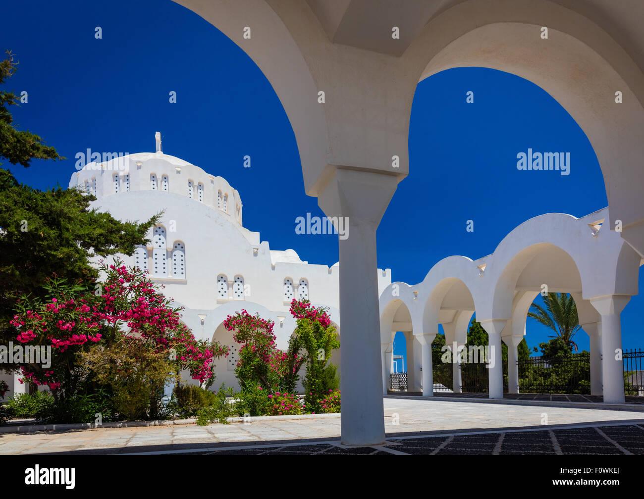 Cathédrale orthodoxe métropolitaine dans la ville de Thira sur l'île grecque Santorin (Théra) Photo Stock