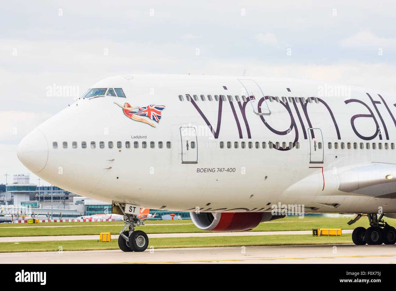 Vue latérale de l'avant d'un avion Boeing 747-400 de Virgin Atlantic sur la piste à l'aéroport de Manchester Banque D'Images