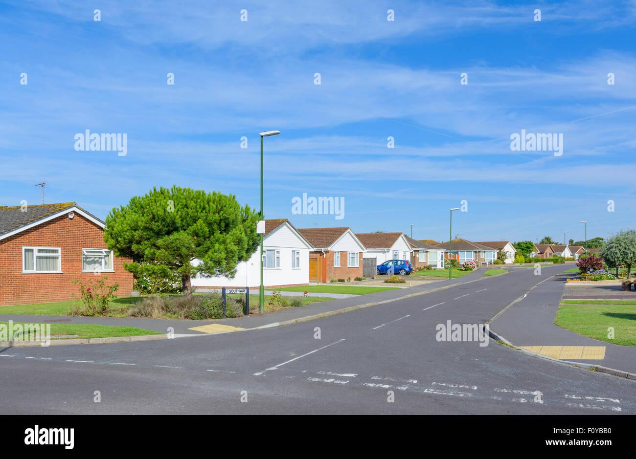 Rue résidentielle avec bungalows détachés sur une journée ensoleillée sans voitures garées Photo Stock