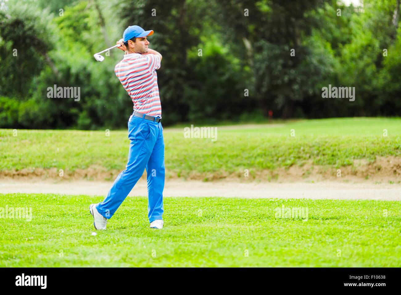La pratique de la concentration et golfeur avant et après coup par une belle journée ensoleillée Photo Stock