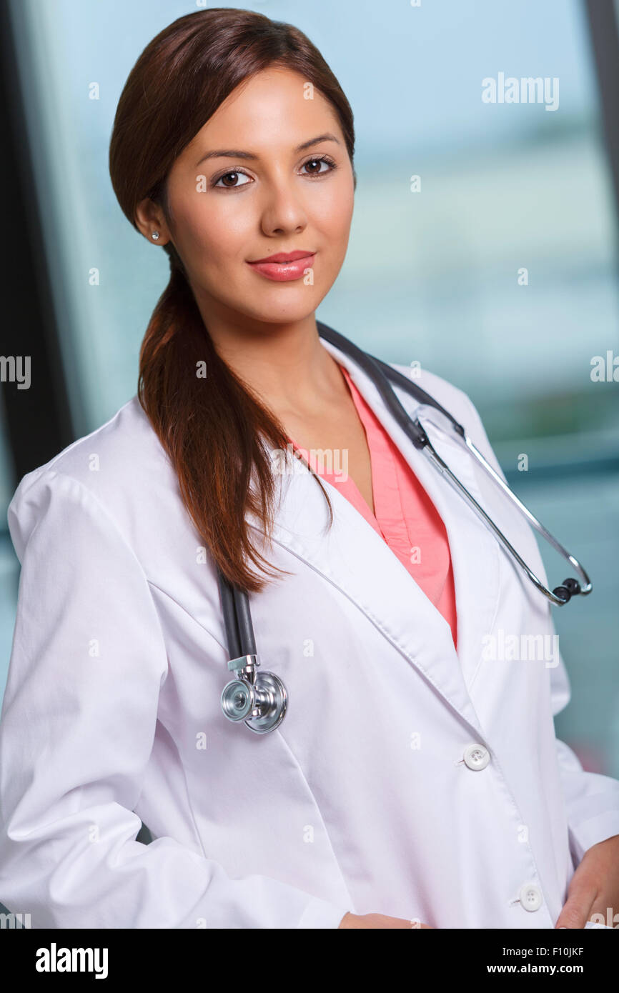 Portrait of a young female doctor Photo Stock