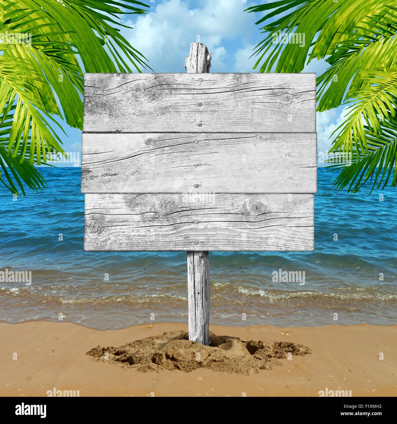 Bois plage signe et vacances tropicales blank billboard passé en tant qu'océan vagues sur le sable Photo Stock