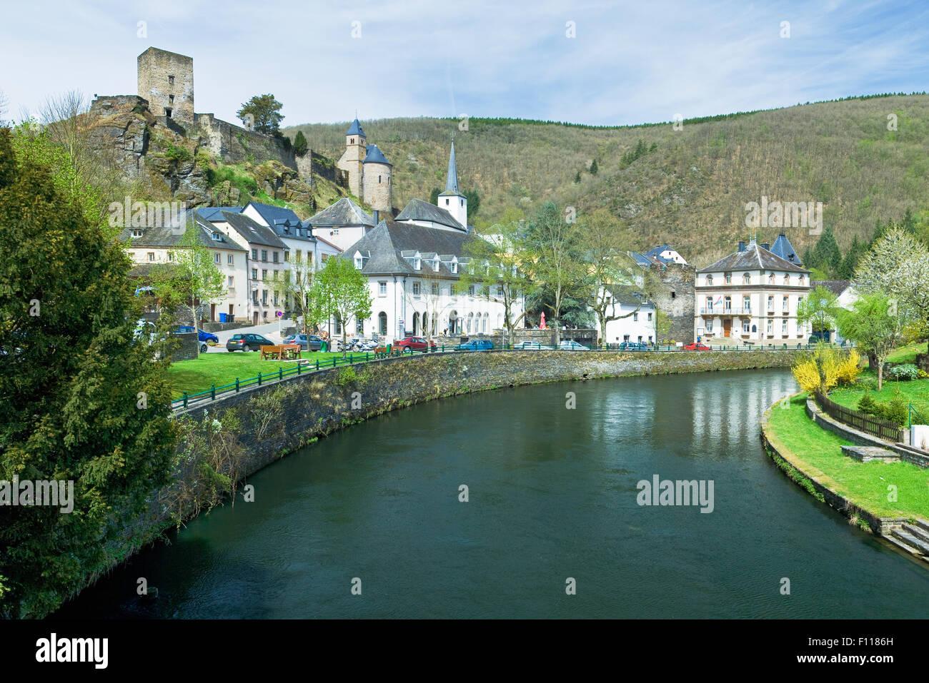 Le petit village de Esch-sur-Sûre sur les rives de la rivière sûr dans les Ardennes en Luxembourg Photo Stock