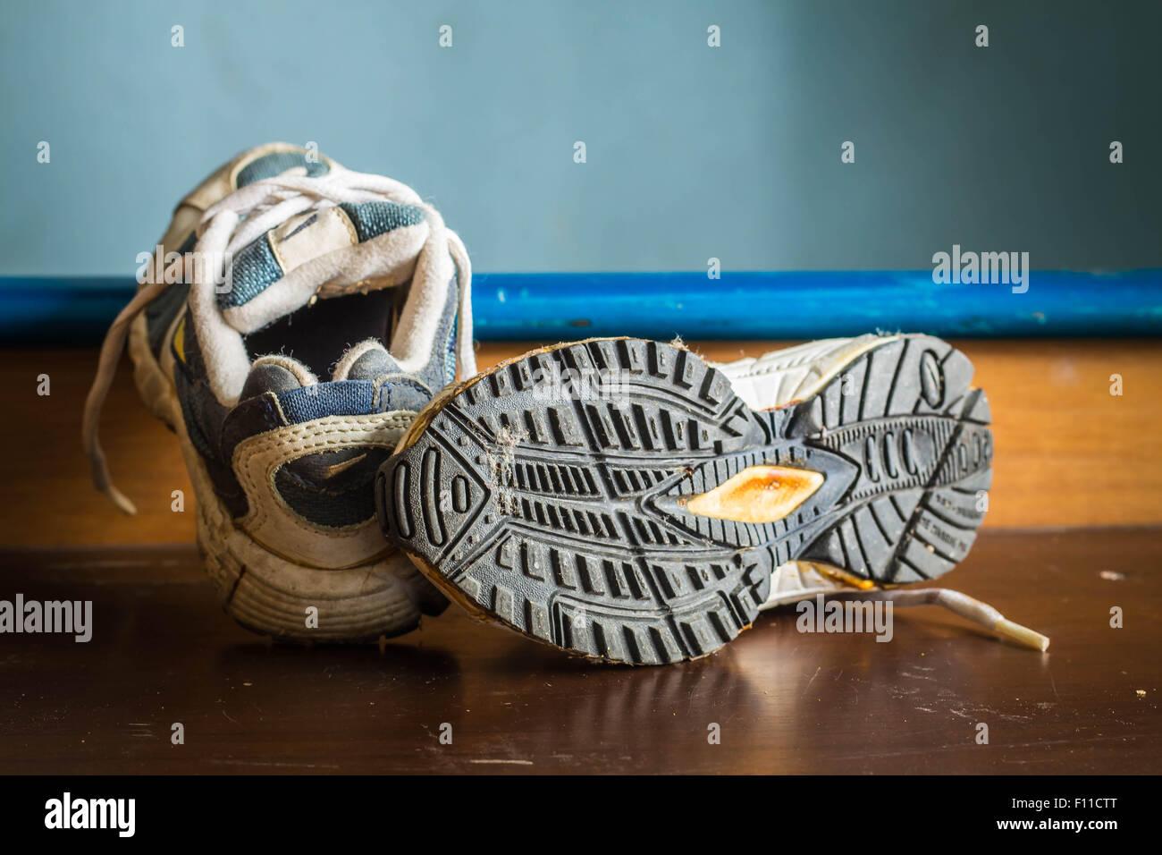 Vieilles chaussures de sport à une semelles de chaussures. Photo Stock