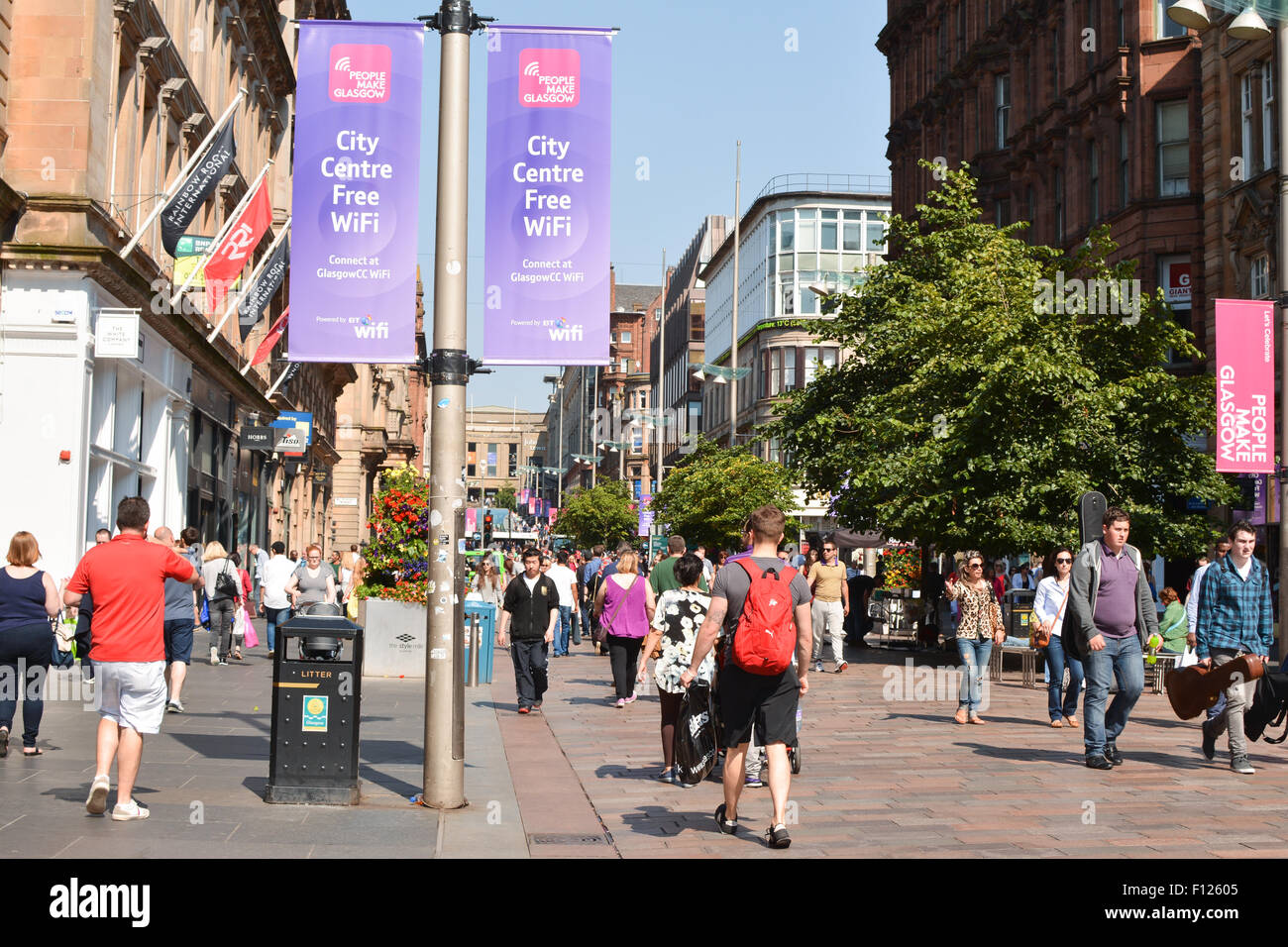 Shoppers et wifi gratuit dans Buchanan Street, Glasgow, Royaume-Uni Photo Stock