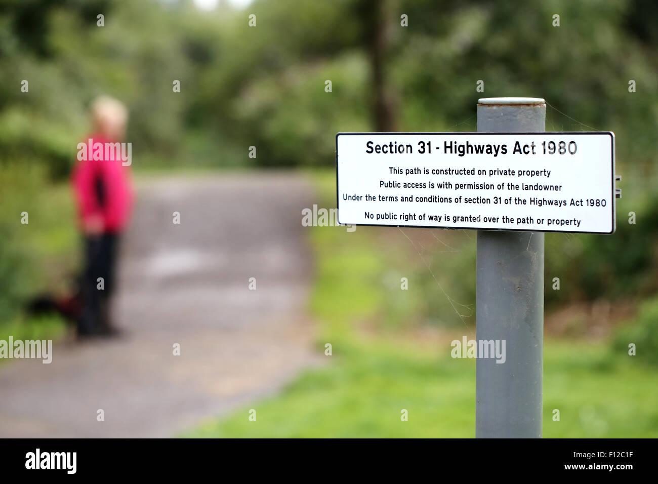 L'article 31 de la loi sur les routes d'un signe sur un sentier public indiquant que l'accès à Photo Stock