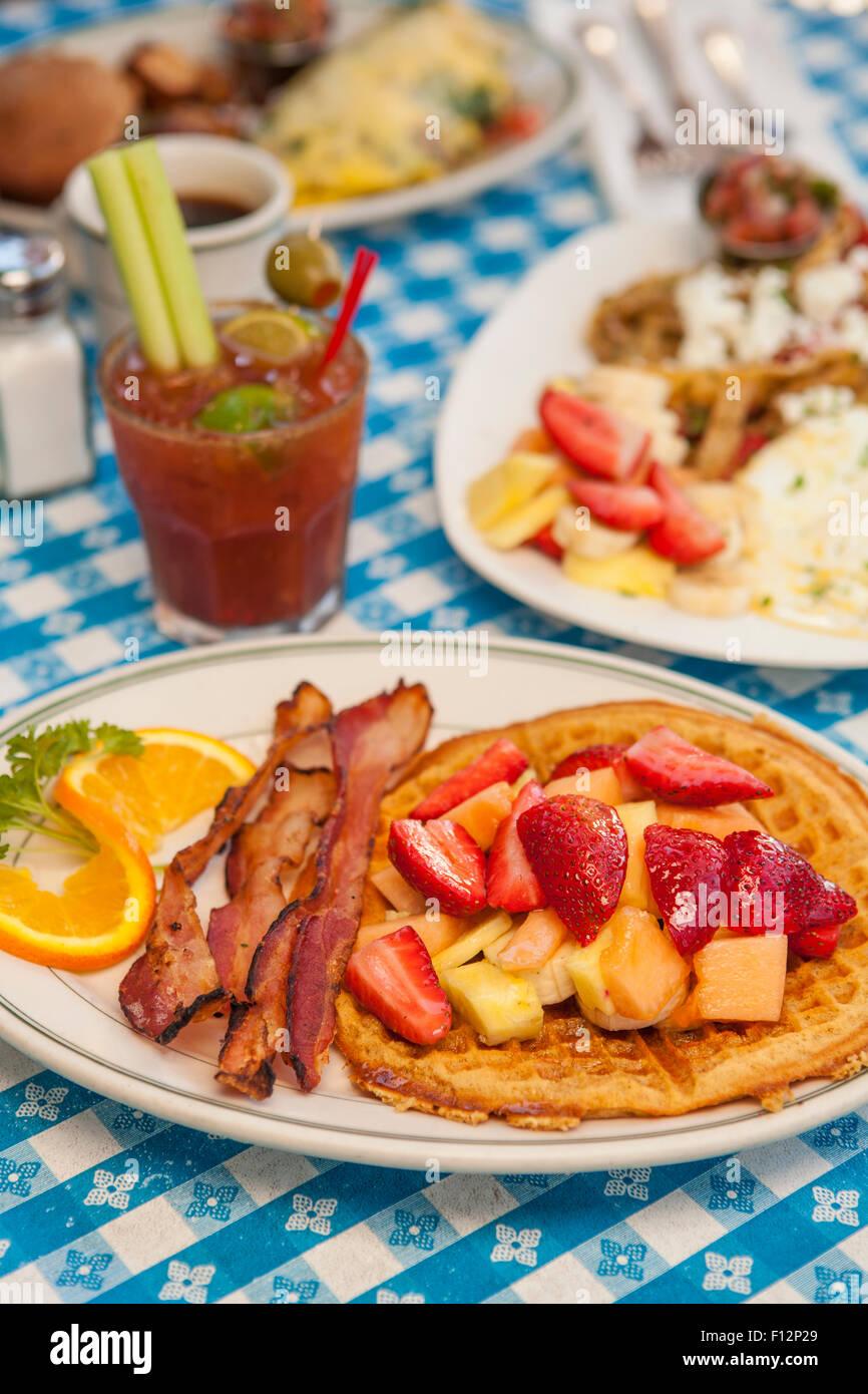 O.J.Gaufre avec bacon, Huevos Paradiso, une omelette, Paloma et un Bloody Mary, le Paradise Cafe, Santa Barbara, Photo Stock