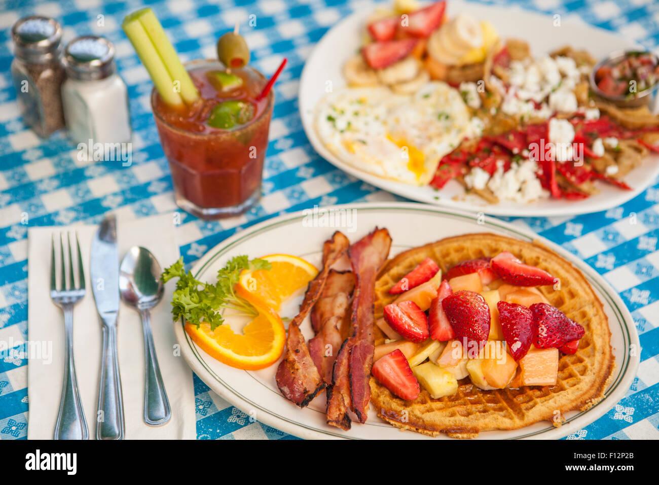 O.J.Gaufre avec bacon, Huevos Paradiso et un Bloody Mary, le Paradise Cafe, Santa Barbara, Californie Photo Stock