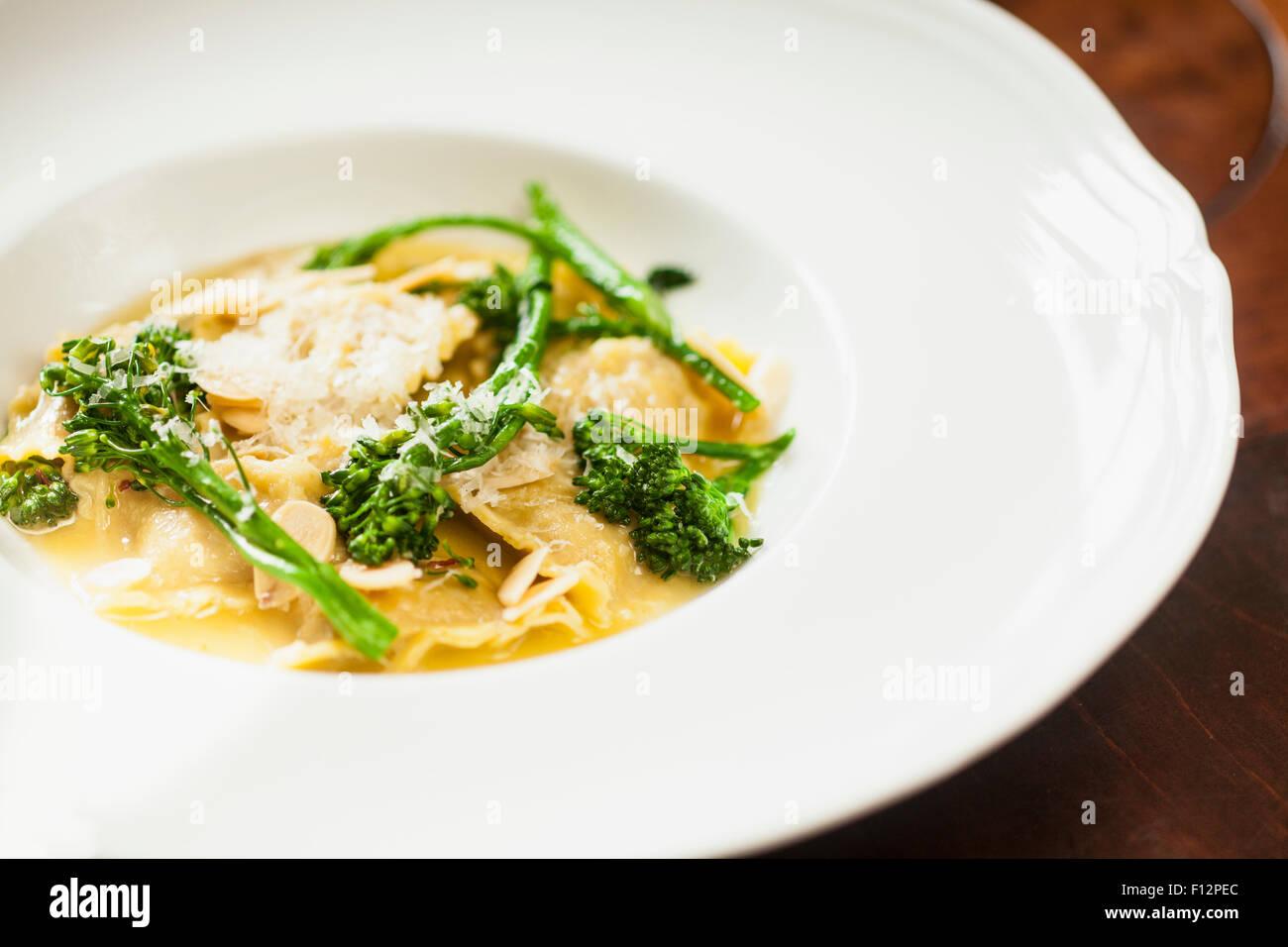 Ravioles aux saucisses italiennes et sage, broccolini Restaurant Bella Vista, l'établissement Biltmore Photo Stock