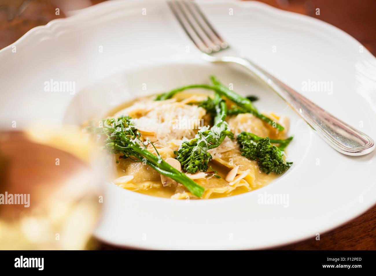 Ravioles de saucisse italienne avec sage et broccolini et un verre de chardonnay, le Bella Vista Restaurant, Biltmore Photo Stock