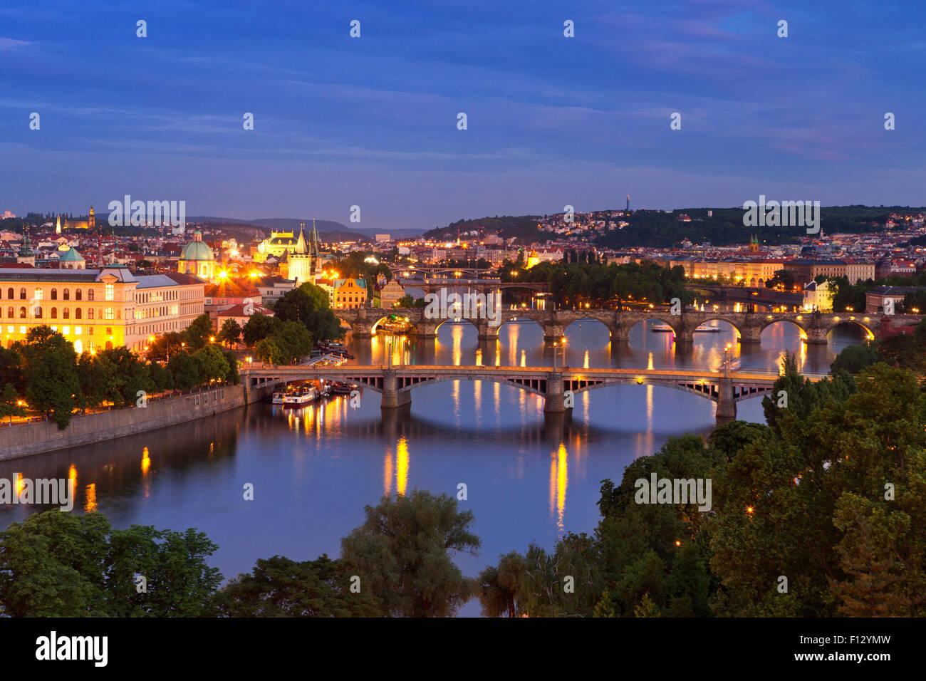Ponts sur la rivière Vltava à Prague, République tchèque. Vu d'au-dessus de nuit. Banque D'Images
