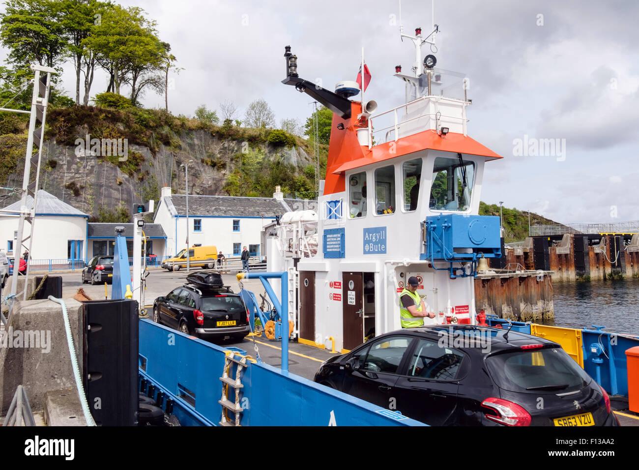 Voitures du débarquement dans Dhiura Jura Eilean ferry Port Askaig, Isle of Islay, Hébrides intérieures, Western Banque D'Images