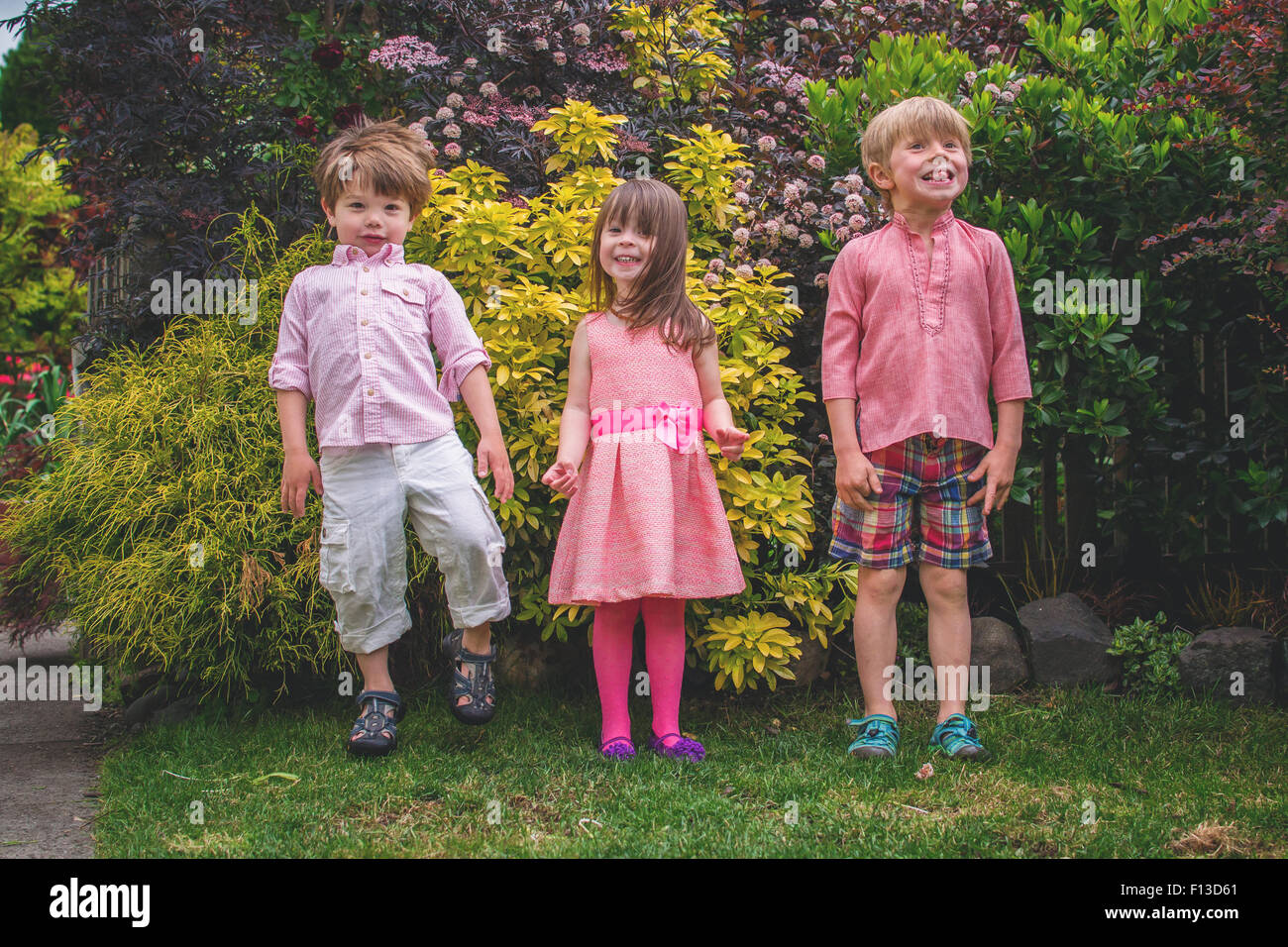 Trois enfants standing in a row Photo Stock