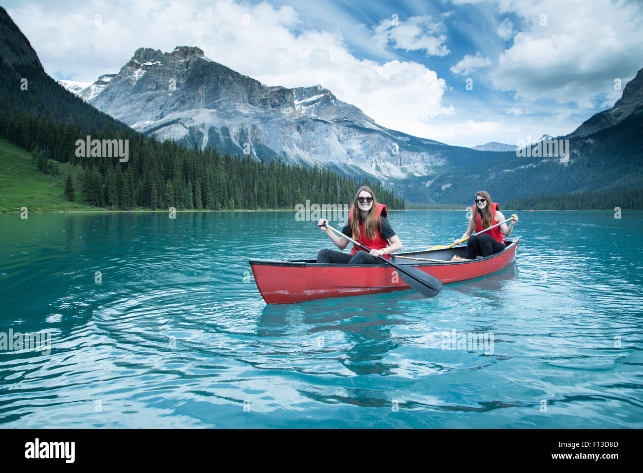 Deux filles kayak, le parc national Yoho, Colombie-Britannique, Canada Photo Stock