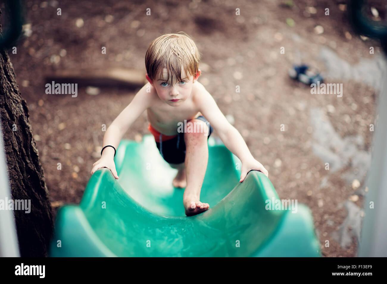 Garçon de monter une diapositive Photo Stock