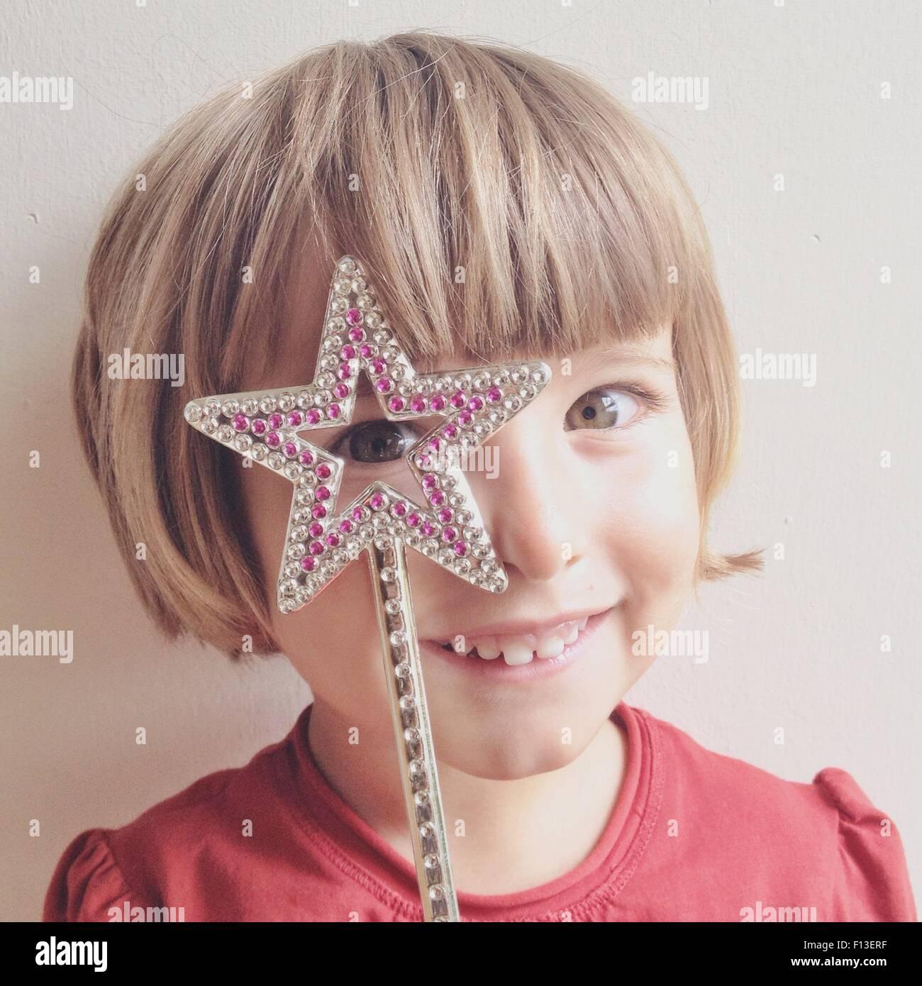 Petite fille à l'entremise de star wand Photo Stock
