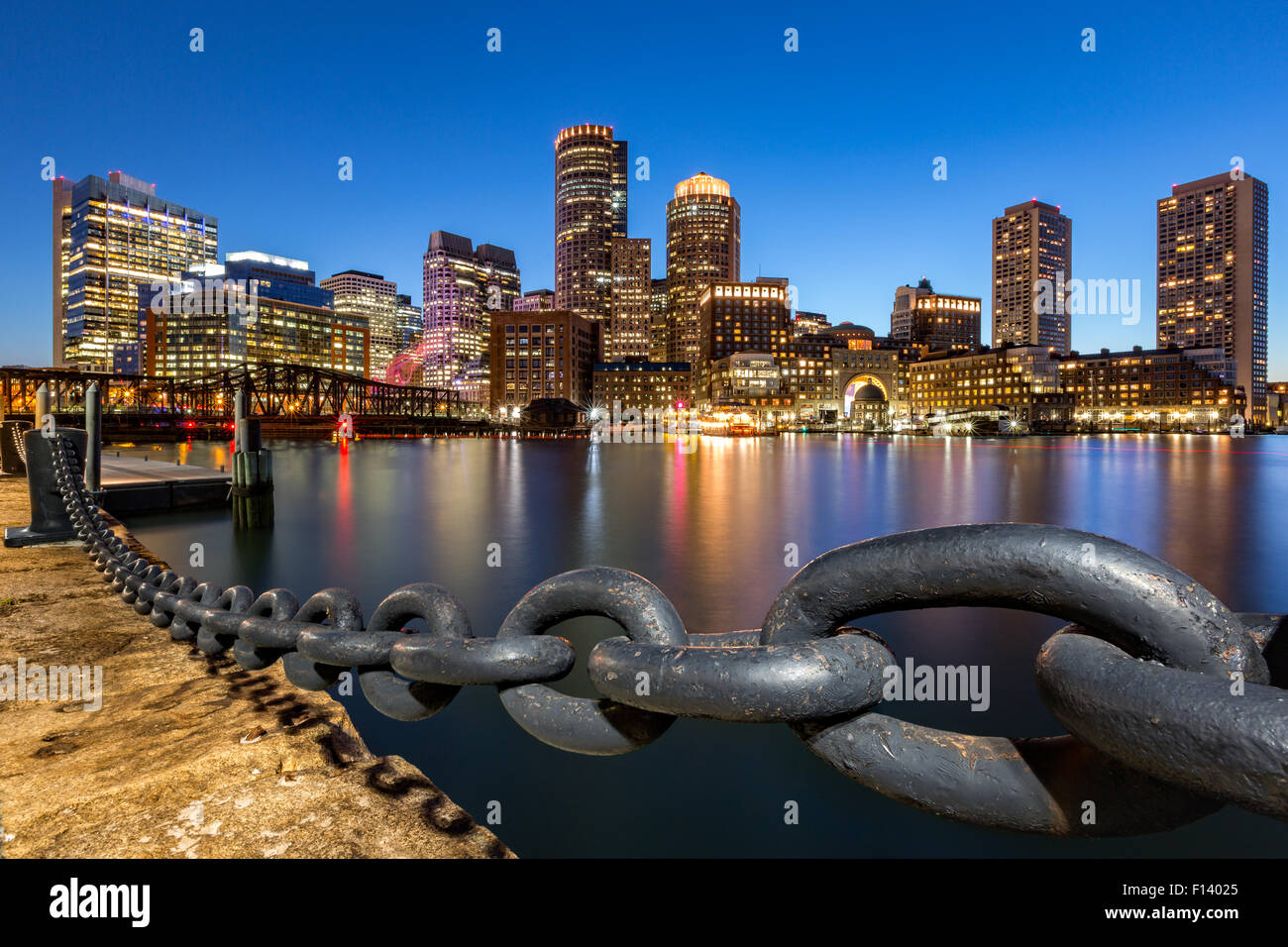 Boston skyline at Dusk, vu de Fan Pier Park. Photo Stock