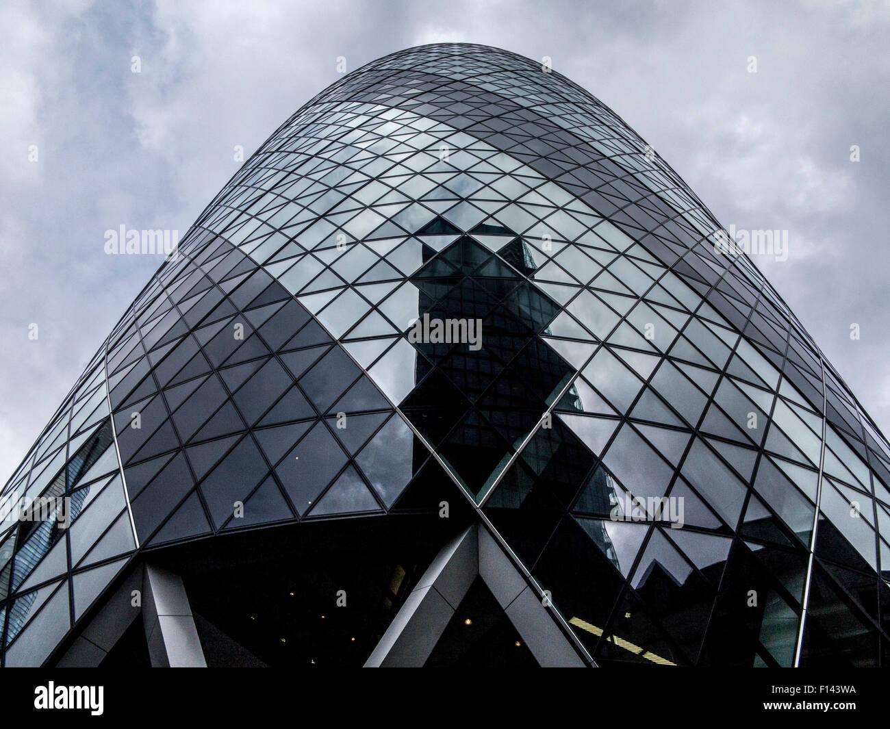 Ciel orageux et orageux sur les marchés le Gherkin et la ville de London financial district Photo Stock