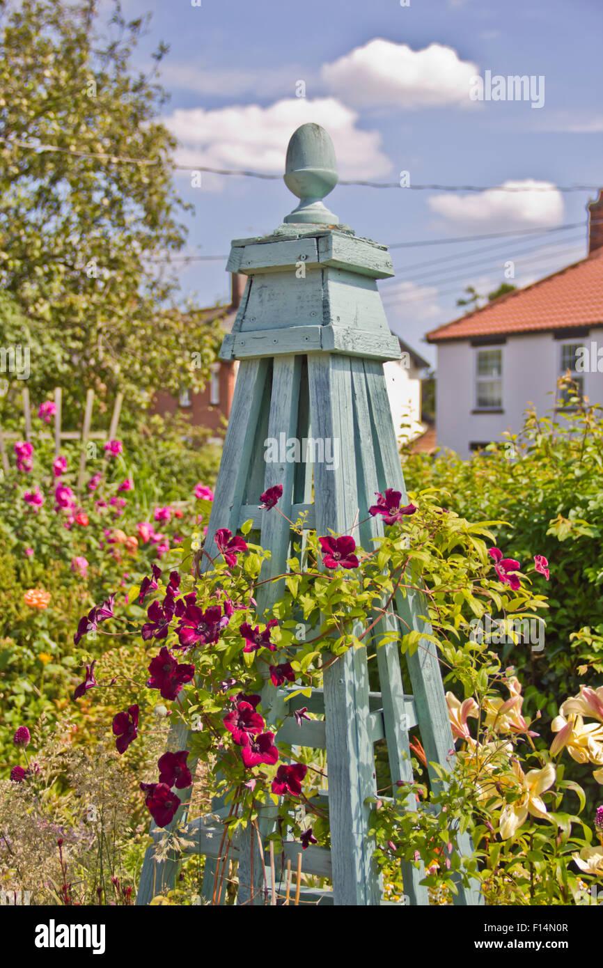 Fait main magnifique obélisque bleu peint à la main dans un jardin de campagne anglaise à Norfolk Photo Stock