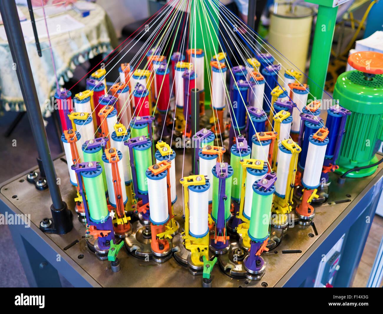 que suis je n° 1 - ajonc - 23 avril bravo Martine  Lindustrie-textile-bobines-de-fil-sur-machine-a-filer-une-usine-de-textile-f14x3g