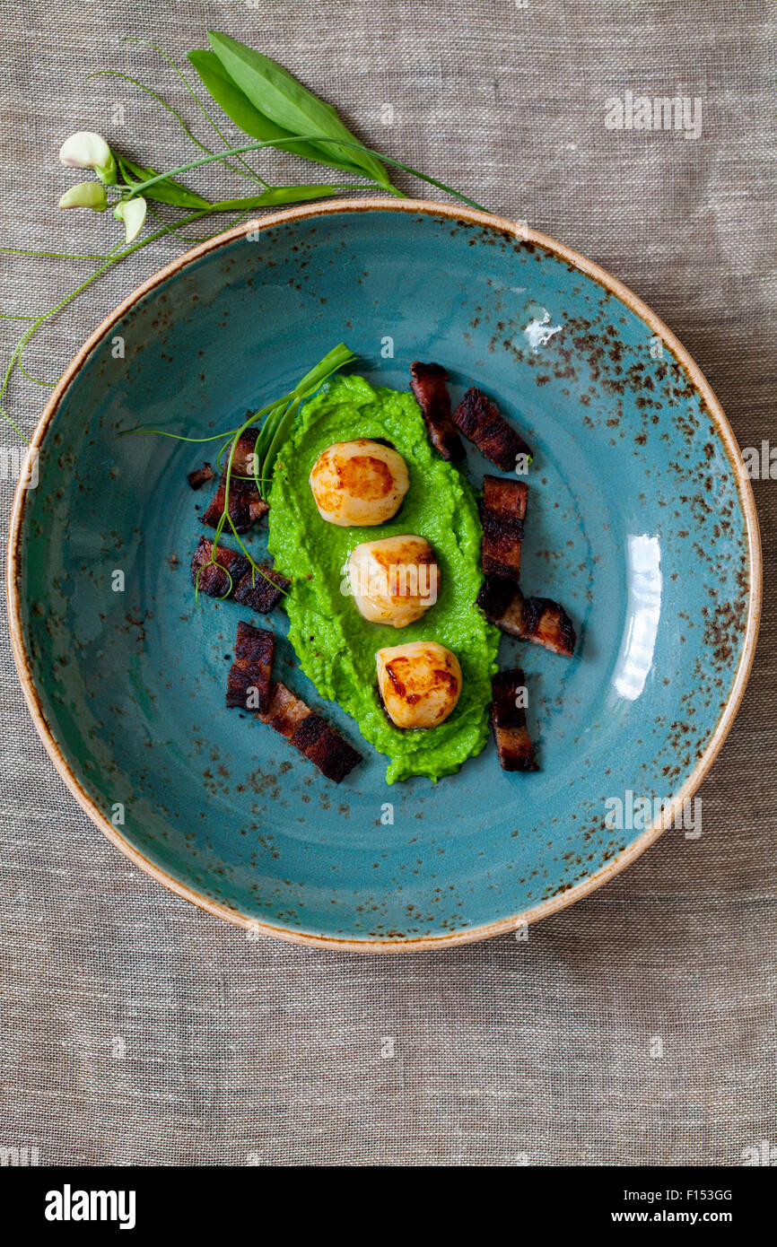 Purée de pois et de pétoncles avec bacon croustillant Photo Stock