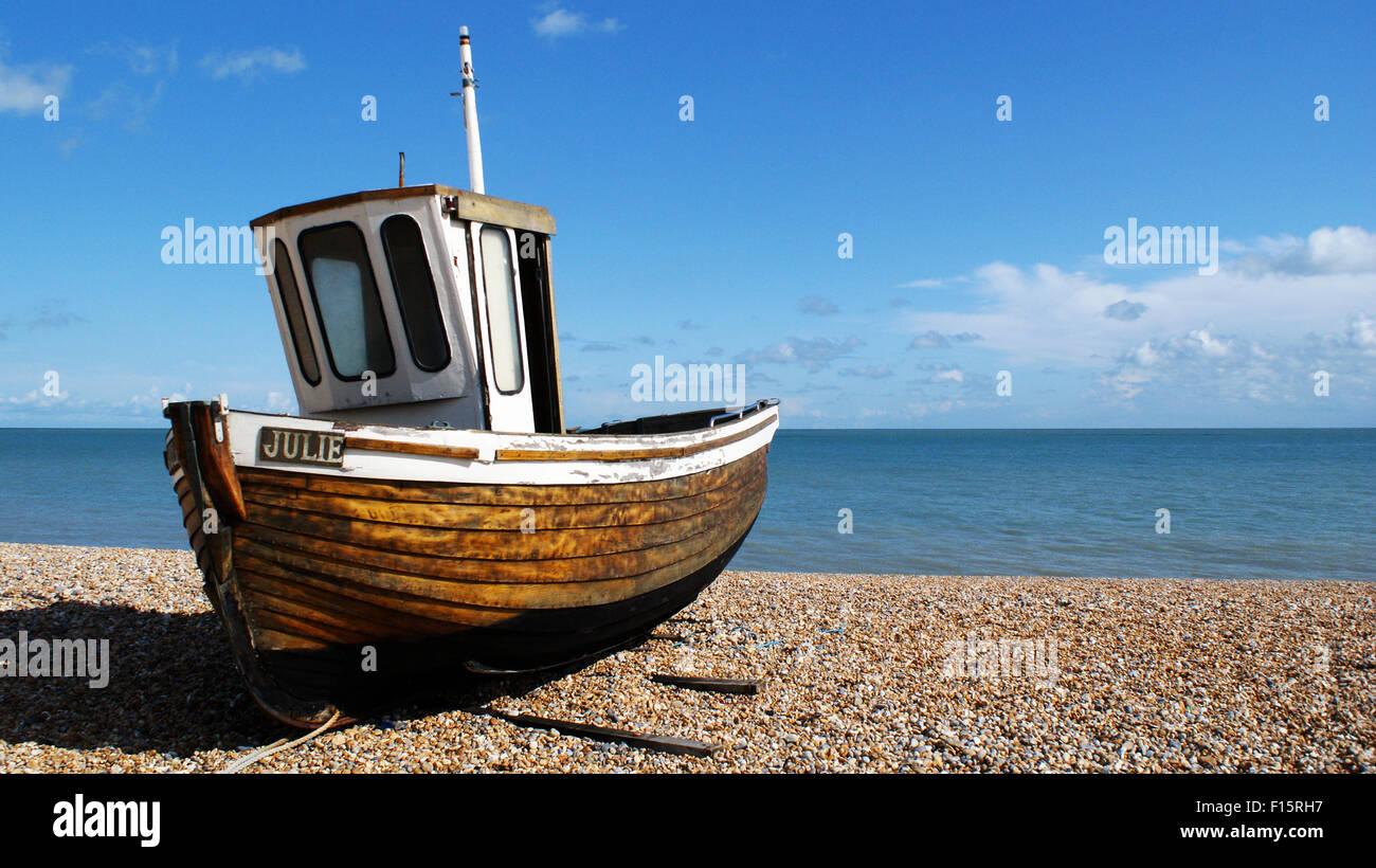 Vieux bateau de pêche du nom de Julie sur la plage de galets de Deal, Kent Photo Stock