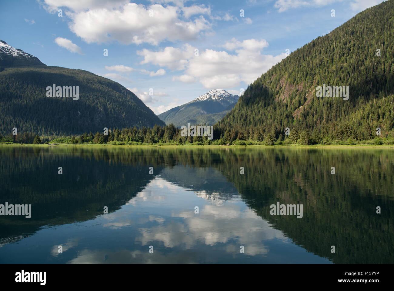 Les montagnes et les vallées au-dessus de la partie inférieure de la Kitlope River, dans la forêt Photo Stock