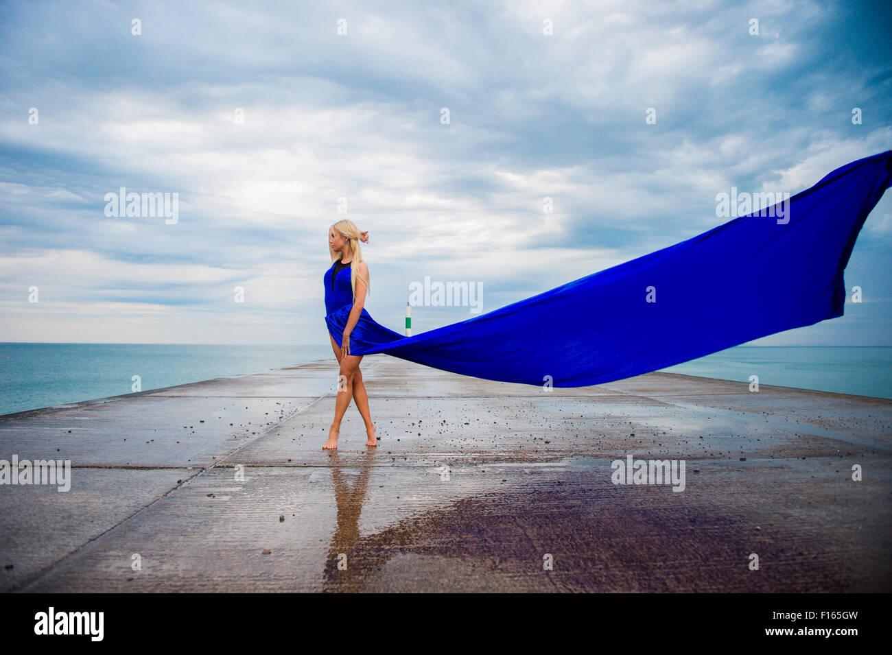 La photographie en extérieur - un grand slim blonde blonde femme fille model posing outdoors sur une soirée Photo Stock