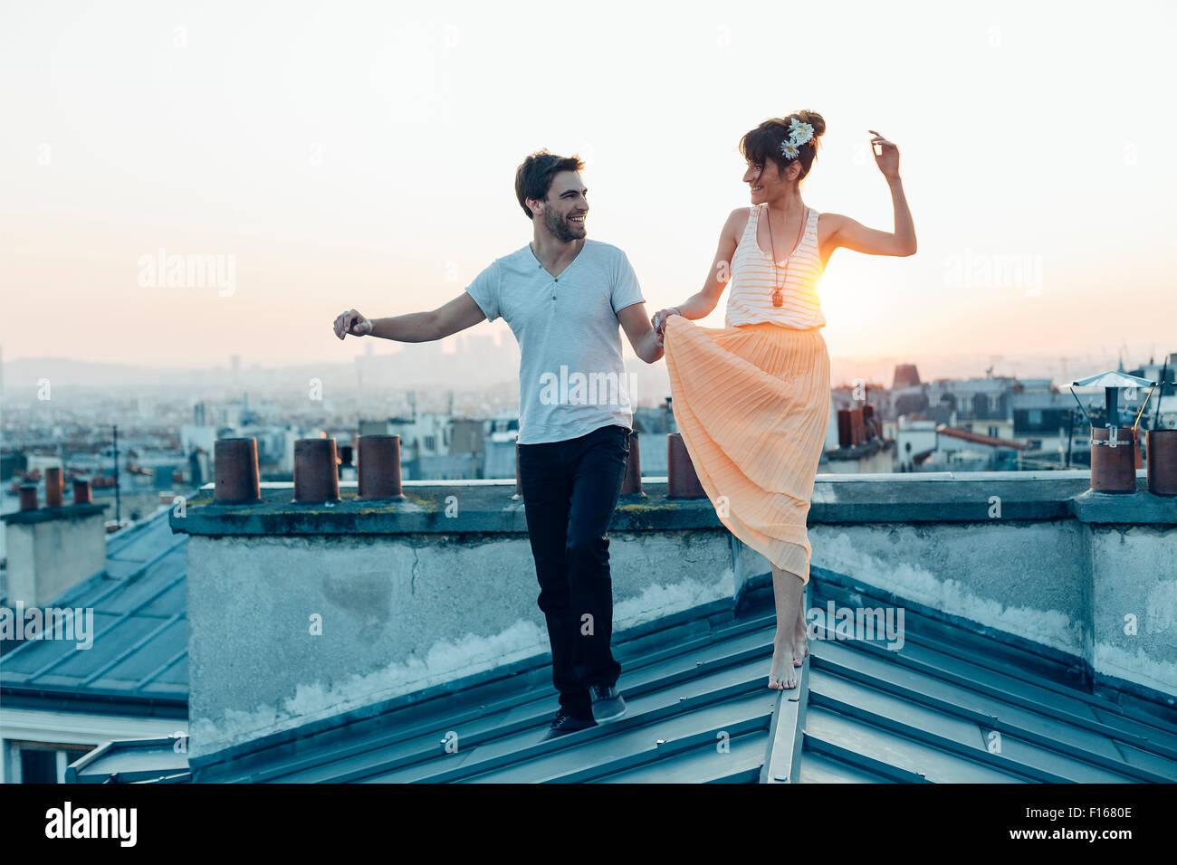 Paris, le couple en train de marcher sur les toits de Paris Photo Stock
