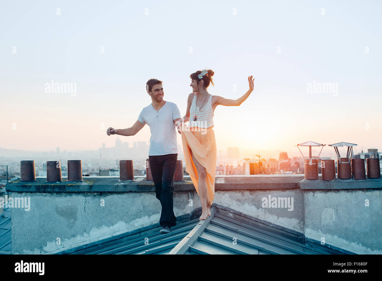 Paris, le couple en train de marcher sur les toits de Paris Banque D'Images