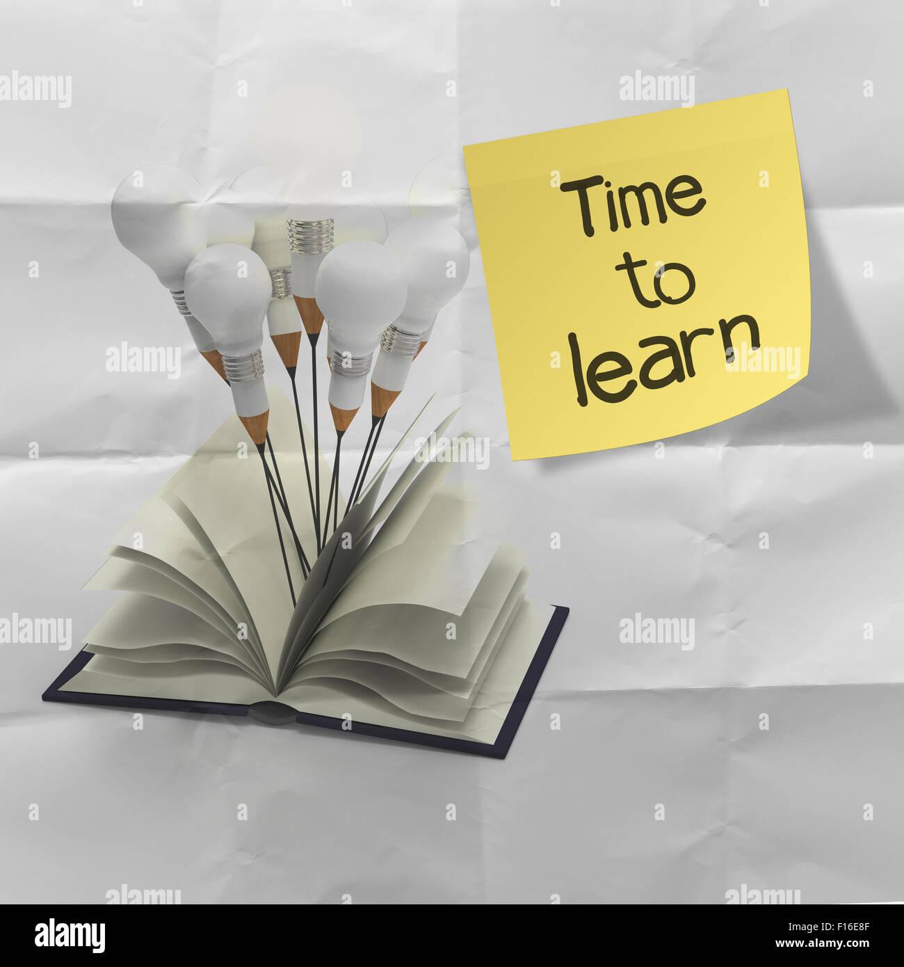 Le temps d'apprendre word sur stucky note avec crayon idée et concept l'ampoule du feu arrière Photo Stock
