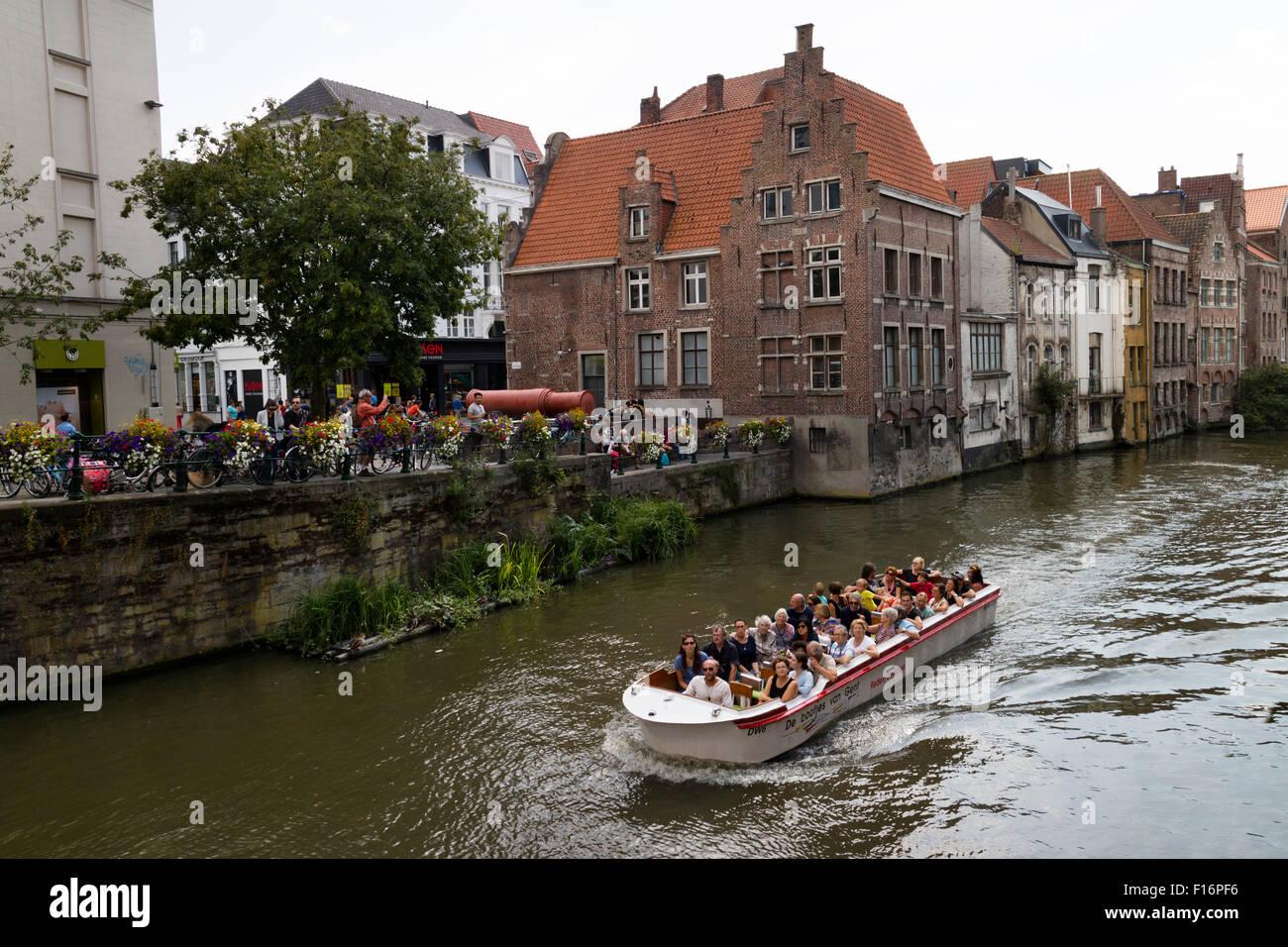 Bateau avec les touristes sur la rivière Lye dans Ghend, Belgique Photo Stock