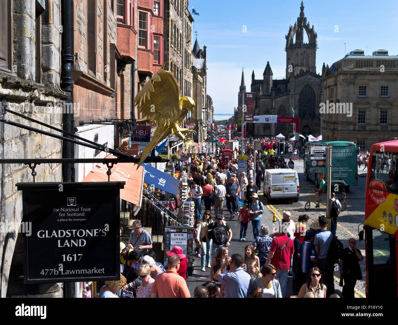 Aux origines de James Bond Dh-lawnmarket-le-royal-mile-d-edimbourg-edimbourg-gladstones-land-rue-bondee-de-touristes-occupes-foule-gens-ecosse-f16y10
