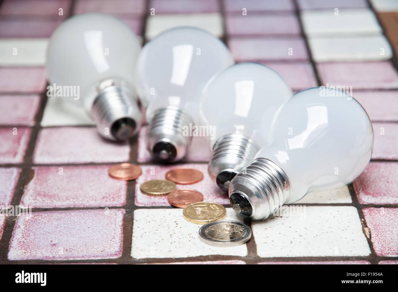 Lampes à incandescence et des pièces comme concept d'économie d'énergie Photo Stock